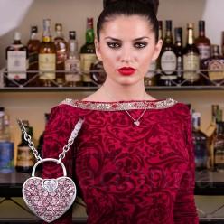 Medalion-forma-de-inimioara-decorata-cu-pietre-mici-roz